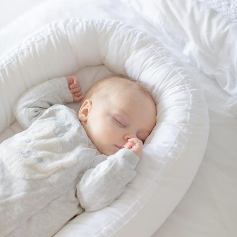 Vauva nukkuu sikeästi tässä unipesässä