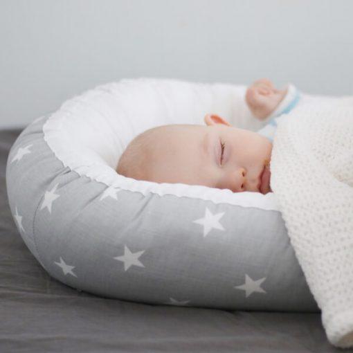 Nukkuva vauva vauvan unipesässä